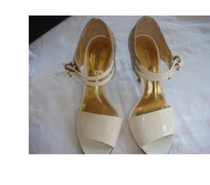 Fotos para sandalia verniz creme,couro de crocodilo salto n10 semi nov.