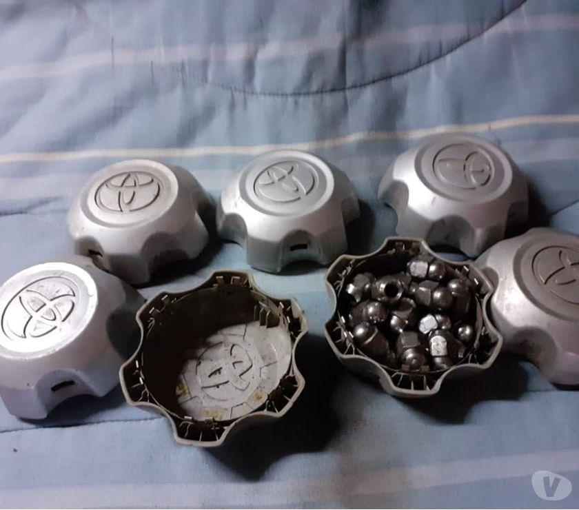 Fotos de 4 tapas cono originales y 24 tuercas de rueda Totota Hi Lu