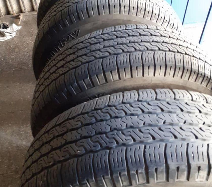 Fotos de 4 neumáticos Toyo 245-65-R17 impecables.