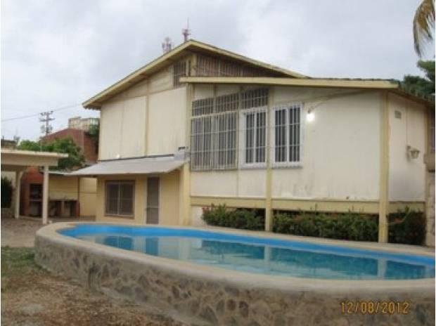 Bella y confortable casa tipo chalet en chichiriviche for Piscina 8000 litros