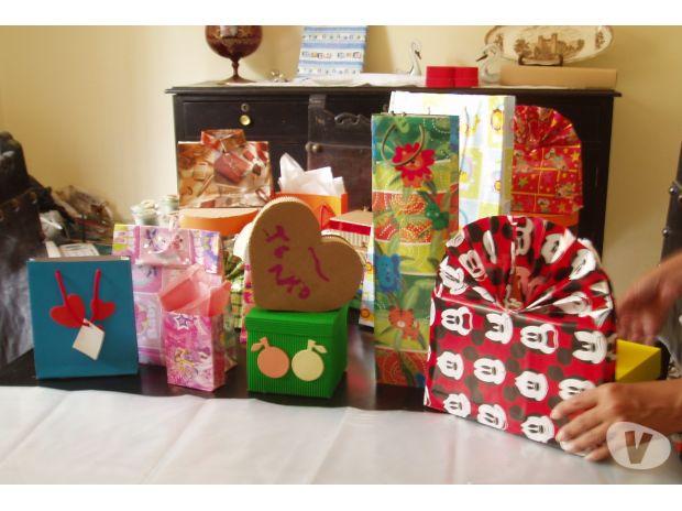 Fotos de bolsas de papel de regalo, cajas y arreglos artificiales
